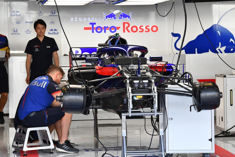 Scuderia Toro Rosso STR13 in de garage