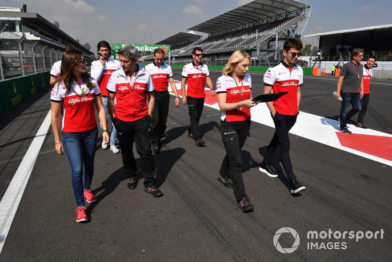 Tatiana Calderon, Sauber y Charles Leclerc, Sauber caminan por el circuito