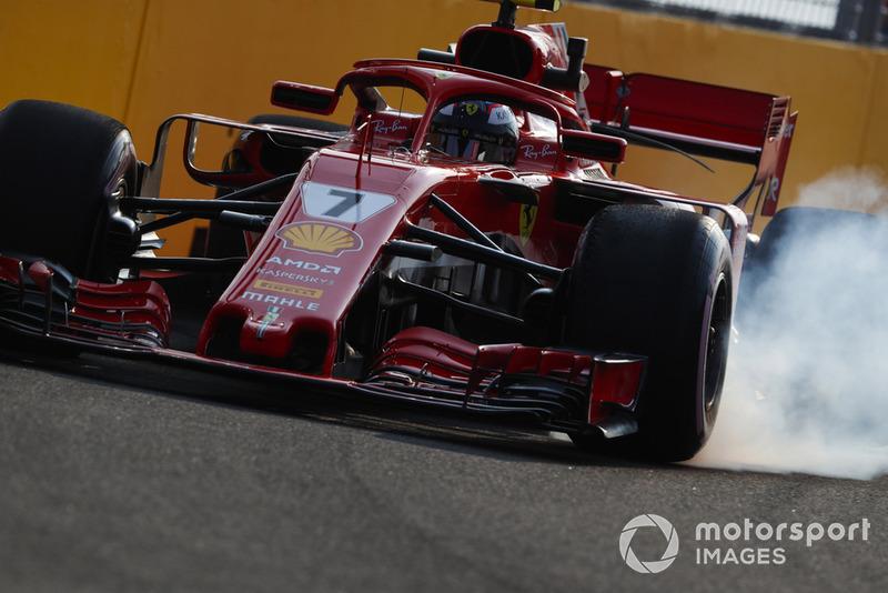 1. Kimi Raikkonen, Ferrari SF71H, locks-up a front wheel