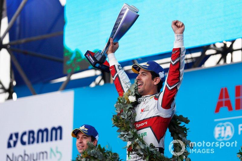 Lucas Di Grassi, Audi Sport ABT Schaeffler, festeggia sul podio con il trofeo