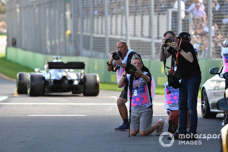 Los fotógrafos apuntan en el pit lane.