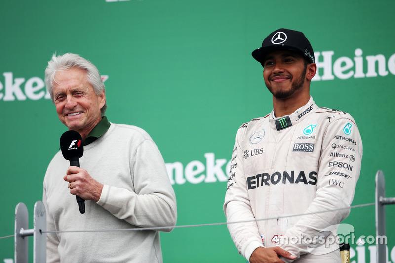 (Зліва направо): Майкл Дуглас, актор, на подіумі з переможецем гонки Льюїсом Хемілтоном, Mercedes AMG F1