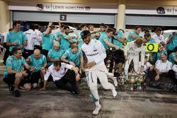 Race winner Nico Rosberg, Mercedes AMG F1 Team celebrates with team mate Lewis Hamilton, Mercedes AMG F1 Team and the team