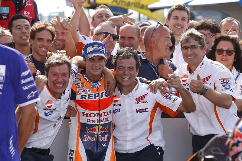 Pedrosa con su equipo, a su izquierda Denis Pazzaglini, mecánico de confianza de Dani