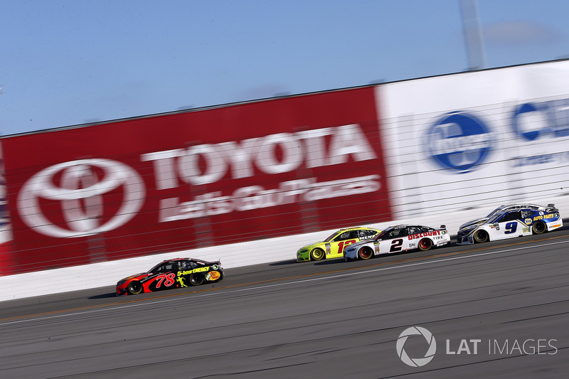 Martin Truex Jr., Furniture Row Racing Toyota mène