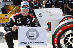 Verizon P1 Pole Award winner Josef Newgarden, Team Penske Chevrolet with the P1 flag