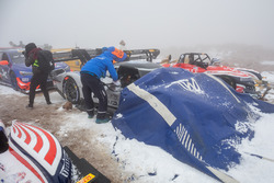 De #94 Volkswagen I.D. R Pikes Peak in de sneeuw
