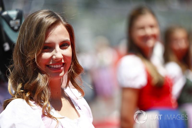 Des grid girls en tenue traditionnelle autrichienne