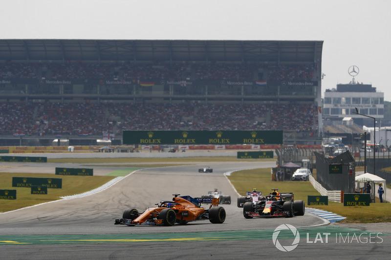 Fernando Alonso, McLaren MCL33, por delante de Daniel Ricciardo, Red Bull Racing RB14