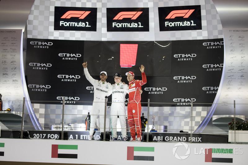 21. 新時代の象徴。2017年F1最終戦アブダビGPの表彰台に掲げられる