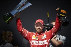 El ganador de la carrera Sebastian Vettel, Ferrari y la botella de champagne