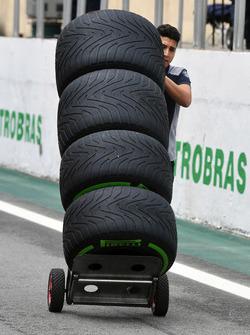 Mécanicien Scuderia Toro Rosso avec des pneus Pirelli