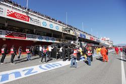El McLaren MP4-30 Honda de Fernando Alonso es devuelto a boxes