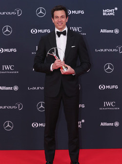 Toto Wolff, Direttore Esecutivo Mercedes AMG F1 con il trofeo Laureus Team of the Year