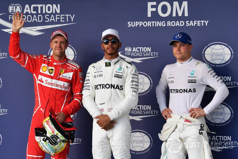 Ganador de la pole Lewis Hamilton, Mercedes AMG F1, segundo Sebastian Vettel, Ferrari, tercero Valtteri Bottas, Mercedes AMG F1