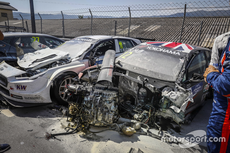 L'auto di Rob Huff, Sébastien Loeb Racing Volkswagen Golf GTI TCR, dopo l'incidente