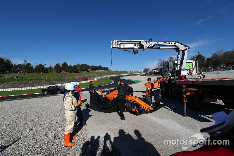 Маршалы эвакуируют с трассы автомобиль McLaren MCL33 Фернандо Алонсо