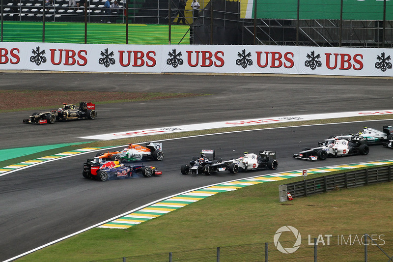 Bruno Senna, Williams FW34, Sebastian Vettel, Red Bull Racing RB8 ve Sergio Perez, Sauber C31 startta kaza yapıyor