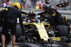 Carlos Sainz Jr., Renault Sport F1 Team R.S. 18, hace una parada durante la práctica