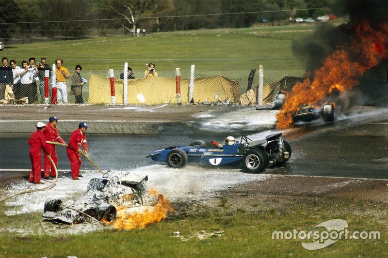 حادثة جاكي أوليفر بسيارته بي.آر.أم مع سيارة فيراري بقيادة جاكي إكس. جاكي ستيوارت يمرّ متجاوزاً الحادثة.