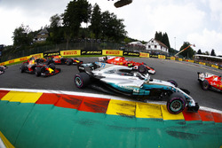 Старт гонки: Валттери Боттас, Mercedes AMG F1 W08, Кими Райкконен, Ferrari SF70H, Макс Ферстаппен и Даниэль Риккардо, Red Bull Racing RB13
