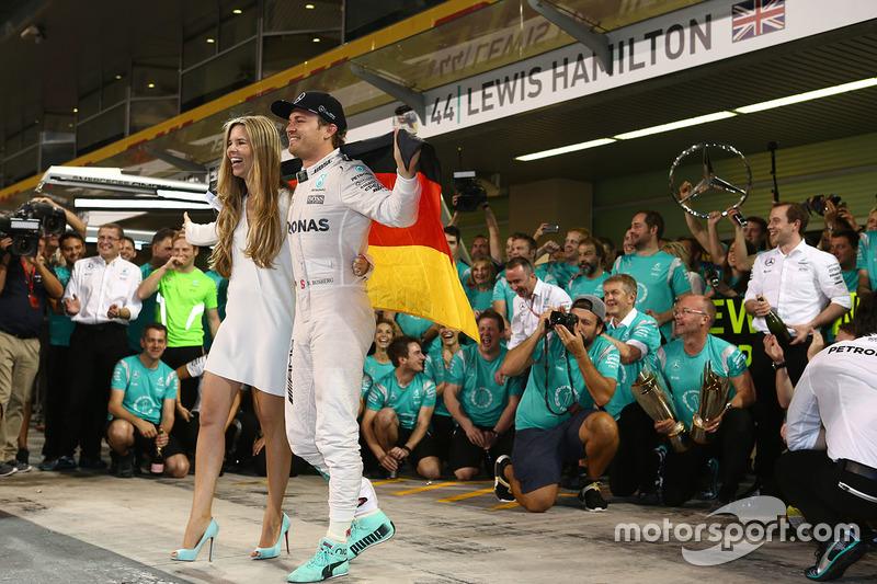 Nico Rosberg, Mercedes AMG Petronas F1 celebra ganando el Campeonato del mundo con Vivian Rosberg, s