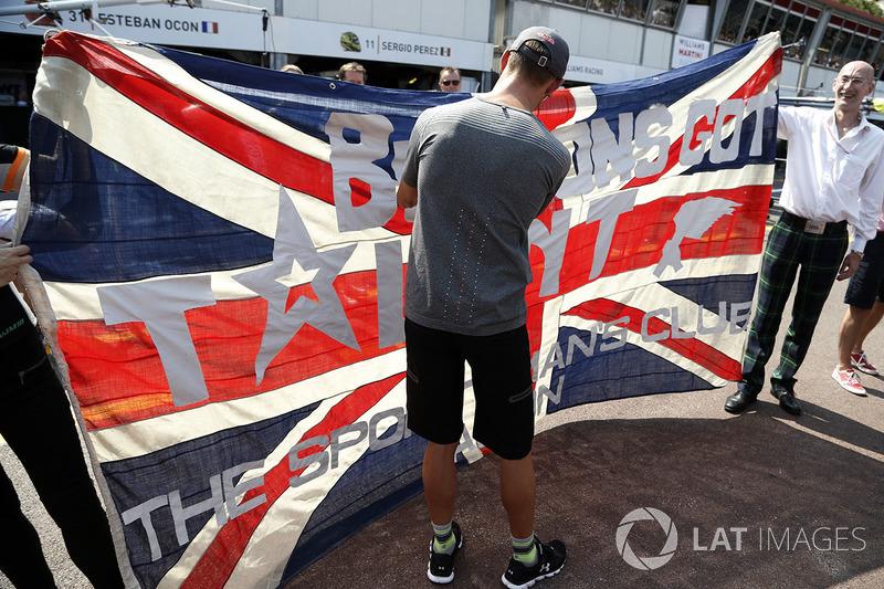 Дженсон Баттон, McLaren підписує автограф на прапорі уболівальників