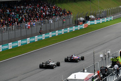 Пьер Гасли, Scuderia Toro Rosso STR12, и Ромен Грожан, Haas F1 Team VF-17