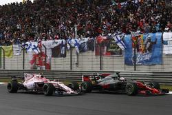 Romain Grosjean, Haas F1 Team VF-17 y Esteban Ocon, Force India VJM10