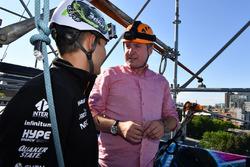 Esteban Ocon, Sahara Force India F1 y David Croft, Sky TV en un evento de Hype Energy Drink