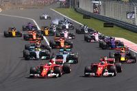 Sebastian Vettel, Ferrari SF70H, lidera a Kimi Raikkonen, Ferrari SF70H en la arrancada