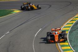 Fernando Alonso, McLaren MCL32, devant Nico Hulkenberg, Renault Sport F1 Team RS17