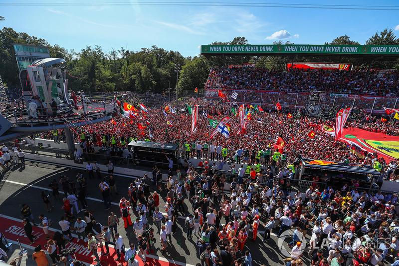 Race winner Lewis Hamilton, Mercedes AMG F1 and Sebastian Vettel, Ferrari celebrate, the fans on the podium