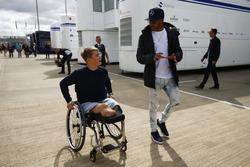 Lewis Hamilton, Mercedes AMG F1, habla con el piloto de  la Fórmula 4 británica  Billy Monger en el paddock