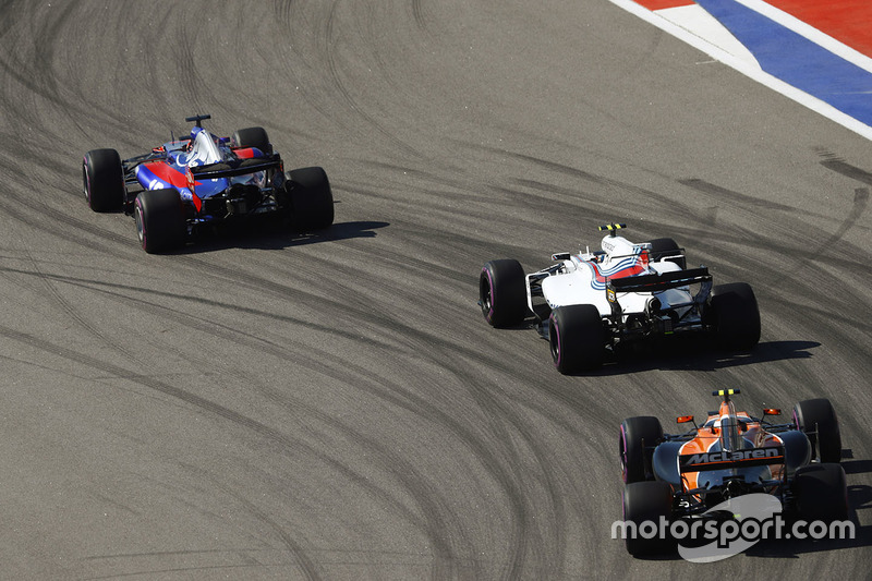 Daniil Kvyat, Scuderia Toro Rosso STR12, Lance Stroll, Williams FW40, Stoffel Vandoorne, McLaren MCL32