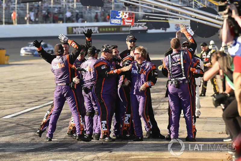 Denny Hamlin, Joe Gibbs Racing Toyota equipo celebra