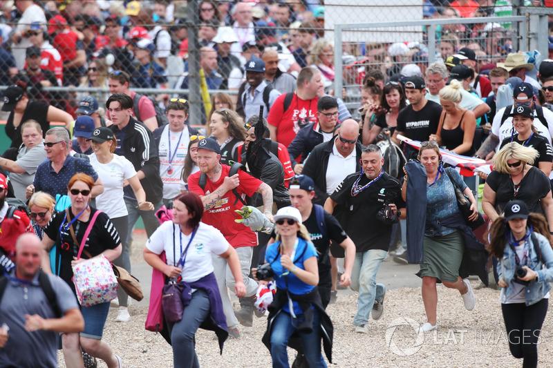 Fans stürmen zur Siegerehrung