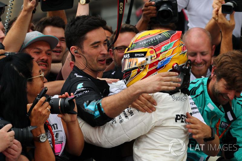 Ganador de la carrera  Lewis Hamilton, Mercedes AMG F1 W08 celebra con el equipo