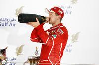 Podium: racewinnaar Sebastian Vettel, Ferrari drinkt rozenwater