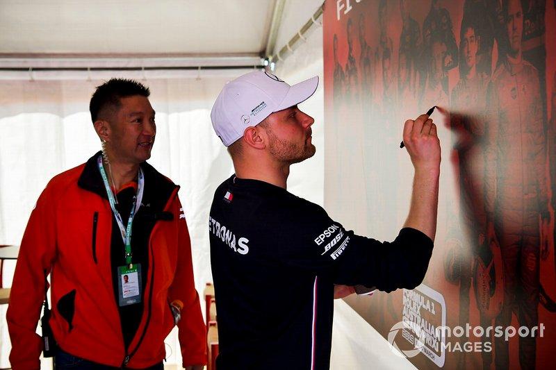 Valtteri Bottas, Mercedes AMG F1 signs the Australian GP wall