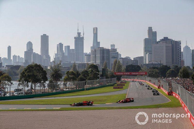 Max Verstappen, Red Bull Racing RB15, precede Charles Leclerc, Ferrari SF90, Kevin Magnussen, Haas F1 Team VF-19, Romain Grosjean, Haas F1 Team VF-19, e Nico Hulkenberg, Renault F1 Team R.S. 19