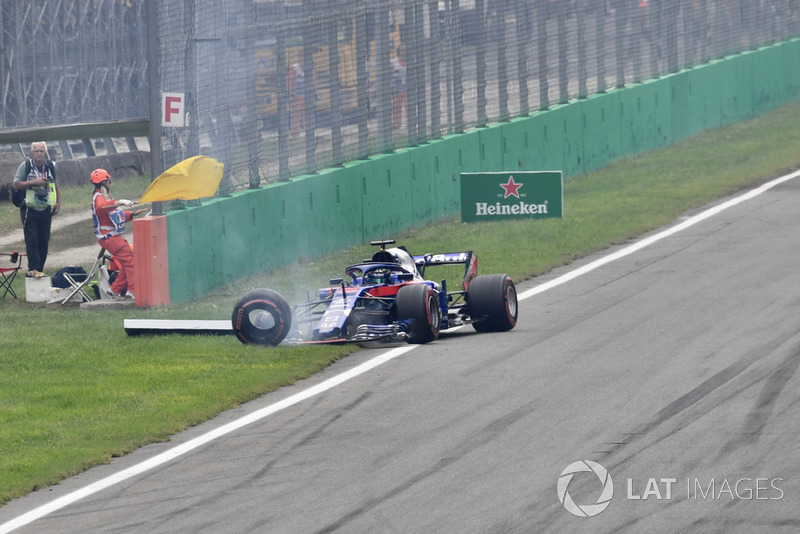 Brendon Hartley, Scuderia Toro Rosso STR13 retiring from the race after the making contact at the start