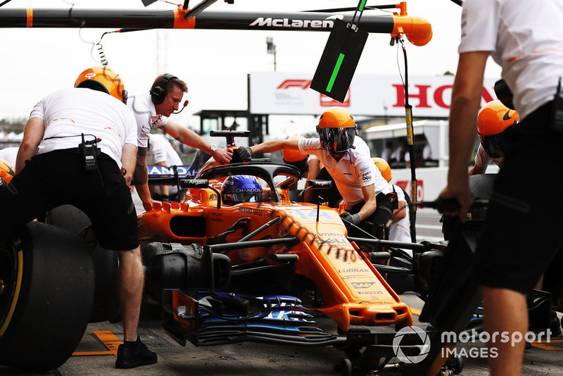 Fernando Alonso, McLaren MCL33, en pits