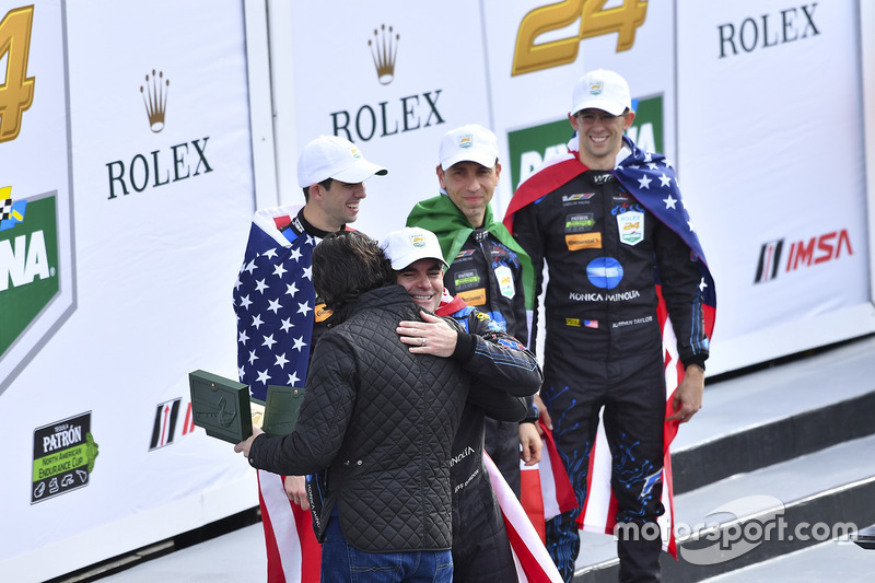 Ganadores, #10 Wayne Taylor Racing Cadillac DPi: Ricky Taylor, Jordan Taylor, Max Angelelli, Jeff Gordon con Dario Franchitti