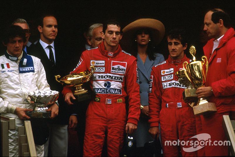 Podium : le vainqueur Ayrton Senna, McLaren Honda, le second Alain Prost, McLaren Honda, et le troisième Stefano Modena, Brabham BT58 Judd, avec Ron Dennis, directeur McLaren