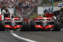 Lewis Hamilton, McLaren MP4-22, precede il compagno di squadra Fernando Alonso, McLaren MP4-22 all'uscita dai box