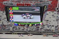 Trevor Bayne, Roush Fenway Racing Ford, Denny Hamlin, Joe Gibbs Racing Toyota