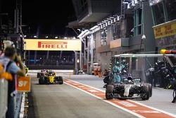 Valtteri Bottas, Mercedes AMG F1 W08, sort de son stand alors que Nico Hulkenberg, Renault Sport F1 Team RS17, arrive dans le sien