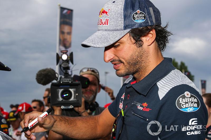 Карлос Сайнс-молодший, Scuderia Toro Rosso підписує автографи уболівальникам