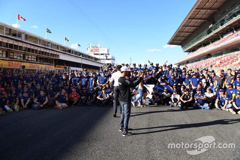 Lewis Hamilton, Mercedes AMG F1 and FIA Volunteers group photo